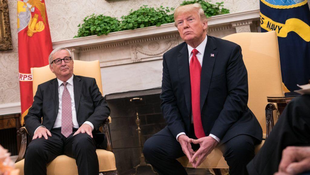 Washington, 2018. július 25. Donald Trump amerikai elnök (j) fogadja Jean-Claude Junckert, az Európai Bizottság elnökét a washingtoni Fehér Ház Ovális irodájában 2018. július 25-én. (MTI/EPA/UPI pool/Kevin Dietsch)