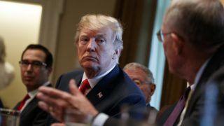 """Washington, 2018. június 20. Donald Trump amerikai elnök (k) megbeszélést tart a kongresszus republikánus tagjaival a kormány """"nulla tolerancia"""" elnevezésû bevándorlás-politikájáról a washingtoni Fehér Házban 2018. június 20-án. A hatályos bevándorlási törvénnyel kapcsolatban – amely elõírja az illegális határátlépõk gyermekeinek elválasztását a szüleiktõl – Trump bejelentette, hogy a családok szétszakítását megakadályozó elnöki rendeletet készül aláírni. (MTI/AP/Evan Vucci)"""