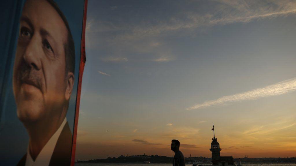 Isztambul, 2018. június 22. Recep Tayyip Erdogan török államfõnek, a kormányzó Igazság és Fejlõdés Pártja (AKP) vezetõjének a választási plakátja Isztambulban  2018. június 21-én. Törökországban június 24-én rendezik az elõrehozott elnök- és parlamenti választást. (MTI/EAP/Emrah Gurel)