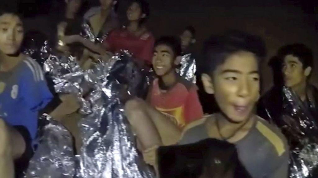 Maeszai, 2018. július 4.A thaiföldi haditengerészet által közreadott képen néhány fiú a Tham Luang-barlangban 2018. július 4-én. megtalálták egy edzőjével együtt június 23-án eltűnt ifjúsági labdarúgócsapat tizenkét játékosát az észak-thaiföldi Csiangraj tartományban fekvő Maeszaiban. A barlangba betört víz által a külvilágtól elzárt tizenhárom emberhez sikerült eljutni a mentőknek és egészségügyiseknek, de a kimentésük legbiztonságosabb módját még keresik. (MTI/AP/A thaiföldi haditengerészet Facebook-oldala)