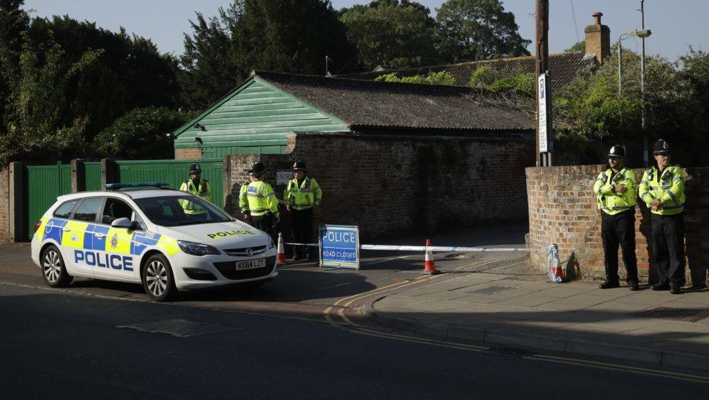 Salisbury, 2018. július 5. Rendõrök egy parkolóudvar szalaggal lezárt bejáratánál a délnyugat-angliai Salisburyben tartott nyomozás idején, 2018. július 5-én. A közeli Amesburyben június 30-án egy 44 éves nõ és egy 45 éves férfi válságos állapotba került, a londoni rendõrség, a Scotland Yard szerint Novicsok típusú katonai idegméreg-hatóanyagtól. A két ember a közös otthonukban lett rosszul, azóta Salisbury kórházában ápolják õket. Négy hónapja ugyanilyen hatóanyagtól szenvedett súlyos mérgezést Salisburyben Szergej Szkripal egykori orosz-brit kettõs hírszerzõügynök és lánya, Julija Szkripal. (MTI/AP/Matt Dunham)