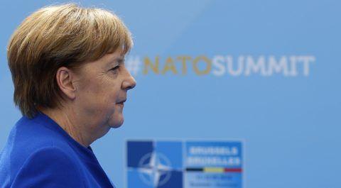 Brüsszel, 2018. július 11. Angela Merkel német kancellár a NATO kétnapos brüsszeli csúcsértekezletének nyitóülésére érkezik 2018. július 11-én. (MTI/AP/Francois Mori)