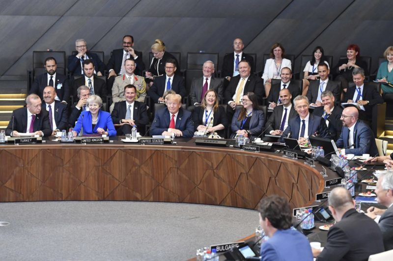 Brüsszel, 2018. július 11. Recep Tayyip Erdogan török elnök, Theresa May brit miniszterelnök, Donald Trump amerikai elnök, Jens Stoltenberg NATO-fõtitkár és Charles Michel belga miniszterelnök (elsõ sor, b-j) a NATO kétnapos brüsszeli csúcsértekezletének nyitóülésén 2018. július 11-én. (MTI/AP/Geert Vanden Wijngaert)
