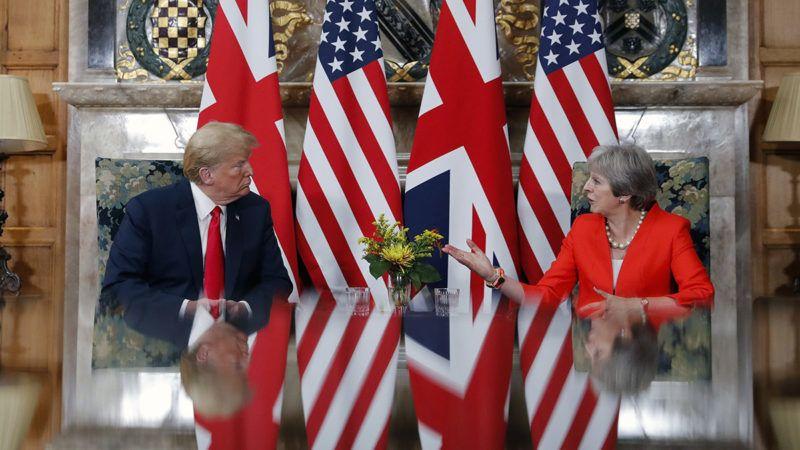 Ellesborough, 2018. július 13.Donald Trump amerikai elnök (b) és Theresa May brit miniszterelnök megbeszélést tart a brit kormányfő vidéki rezidenciáján, a Chequers-házban, a Buckinghamshire megyei Ellesborough közelében 2018. július 13-án. (MTI/AP/Pablo Martinez Monsivais)