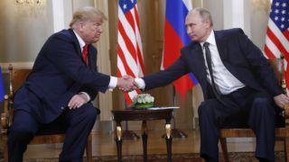 Helsinki, 2018. július 16. Vlagyimir Putyin orosz elnök (j) és Donald Trump amerikai elnök kezet fog négyszemközti találkozójuk kezdetén az elnöki palotában, Helsinkiben 2018. július 16-án. (MTI/AP/Pablo Martinez Monsivais)