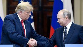 Helsinki, 2018. július 16. Donald Trump amerikai elnök (b) és Vlagyimir Putyin elnök orosz államfõ kezet fog a kétoldalú megbeszélésüket követõ sajtótájékoztatón a finn elnöki palotában, Helsinkiben 2018. július 16-án. (MTI/AP/Lehtikuva/Jussi Nukari)