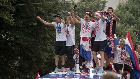 Zágráb, 2018. július 16. A világbajnoki ezüstérmes horvát válogatott nyitott tetejû buszon érkezik a fogadási ünnepségükre Zágrábban 2018. július 16-án. Horvátország az elõzõ este 4-2-re kikapott Franciaországtól az oroszországi labdarúgó-világbajnokság döntõjében. (MTI/AP/Marko Drobnjakovic)