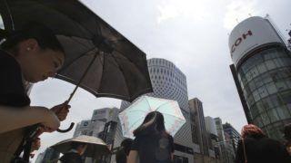 Tokió, 2018. július 23. Gyalogosok napernyõvel óvják magukat a napszúrástól Tokióban, ahol a hõmérséklet 40 Celsius-fok fölé szökött 2018. július 23-án. A meteorológiai megfigyelések történetében elõször mértek 41,1 Celsius-fokot a szigetország fõvárosában, valamint a Gifu prefektúrában levõ Szaitamában. A hõség miatt az elõzõ napon 3125 esetben riasztották a mentõket a fõvárosban. A Japánban tapasztalt hõhullámban az elmúlt három hétben kéttucatnyian haltak meg hõgutában, csaknem tízezren kerültek kórházba. (MTI/AP/Szaszahara Kodzsi)