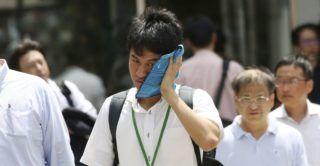 Tokió, 2018. július 23. Verejtékezõ arcát törli meg egy férfi Tokióban, ahol a hõmérséklet 40 Celsius-fok fölé szökött 2018. július 23-án. A meteorológiai megfigyelések történetében elõször mértek 41,1 Celsius-fokot a szigetország fõvárosában, valamint a Gifu prefektúrában levõ Szaitamában. A hõség miatt az elõzõ napon 3125 esetben riasztották a mentõket a fõvárosban. A Japánban tapasztalt hõhullámban az elmúlt három hétben kéttucatnyian haltak meg hõgutában, csaknem tízezren kerültek kórházba. (MTI/AP/Szaszahara Kodzsi)