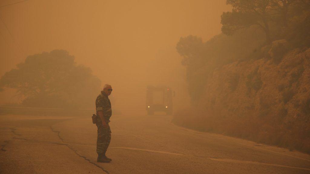 Kineta, 2018. július 23. Erdõtûz füstje borítja be a környéket az Athéntól mintegy 50 kilométerre, nyugatra fekvõ Kinetából nézve 2018. július 23-án. Hetven tûzoltó küzd a lángok megfékezésén, a környékbeli lakosok közül sokakat evakuáltak. (MTI/AP/Thanászisz Sztavrakisz)