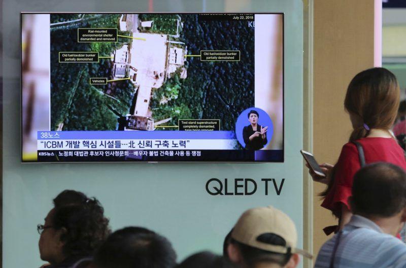 Szöul, 2018. július 24. Dél-koreai híradást néznek utasok a mûholdak fellövésére használt észak-koreai Szohe rakétakísérleti teleprõl a szöuli központi pályaudvaron 2018. július 24-én. A videofelvétel tanúsága szerint elbontották a nukleáris fegyverek indítására is alkalmas kilövõállást (lent). Kim Dzsong Un észak-koreai vezetõ júniusban ígéretet tett Észak-Korea atomfegyver-mentesítésre. (MTI/AP/Ahn Jung Dzsun)