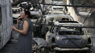 Mati, 2018. július 24. Kiégett autóroncsok között telefonál egy nõ az Athéntól keletre fekvõ Matiban 2018. július 24-én. A görög fõváros közelében keletkezett két erdõtûz legalább hatvan ember halálát okozta, valamint házakat és autókat is elpusztított. (MTI/AP/Thanászisz Sztavrakisz)
