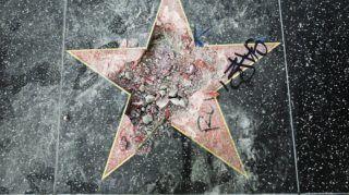 Los Angeles, 2018. július 25. Donald Trump amerikai elnök szétzúzott csillaga a hollywoodi Hírességek sétányán, Los Angelesben 2018. július 25-én. A csákánnyal elkövetett vandál támadást hajnalban jelentették be a rendõrségen, és az ügyben egy személyt õrizetbe vettek. A csillagot Trump a The Apprentice címû valóságshowban végzett munkájával érdemelte ki. (MTI/AP/Reed Saxon)
