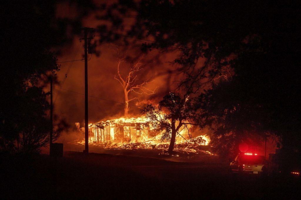 Redding, 2018. július 27. Épületet emésztenek fel a lángok a kaliforniai erdõtüzek sújtotta Reddingben 2018. július 26-án. A két hete pusztító tûz a San Franciscótól 300 kilométerre, keletre fekvõ El Portal település térségében, a Sierra Nevada hegységben ütötte fel a fejét. Az oltást a száraz, meleg idõ nehezíti. (MTI/AP/Noah Berger)