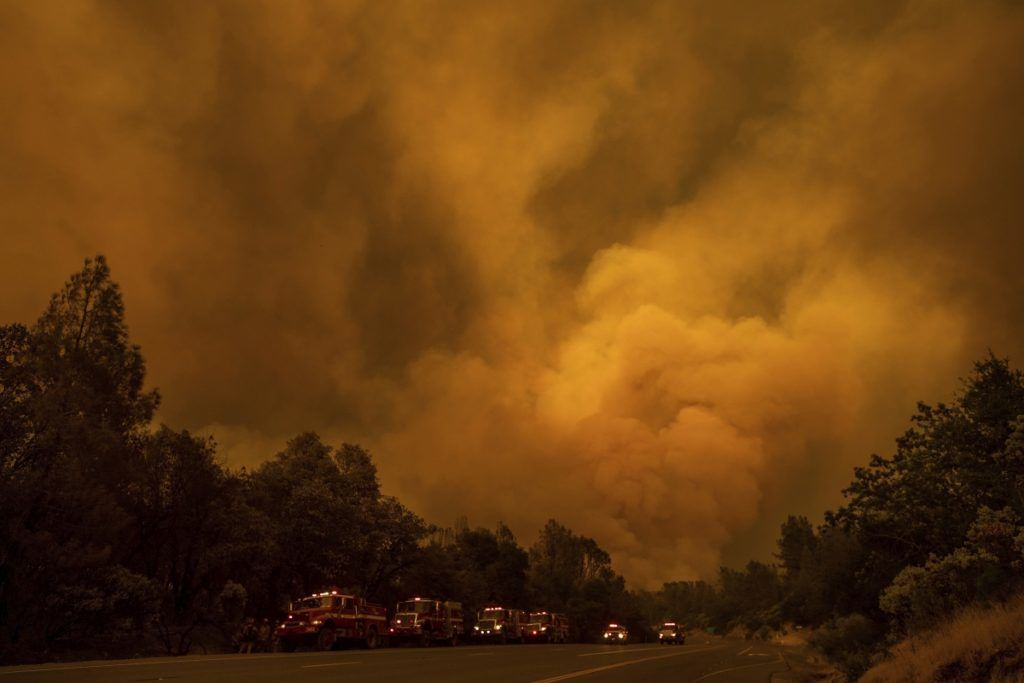 Shasta, 2018. július 27. Tûzoltóautók konvoja a kaliforniai erdõtüzek sújtotta Shastánál 2018. július 26-án. A két hete pusztító tûz a San Franciscótól 300 kilométerre, keletre fekvõ El Portal település térségében, a Sierra Nevada hegységben ütötte fel a fejét. Az oltást a száraz, meleg idõ nehezíti. (MTI/AP/Noah Berger)