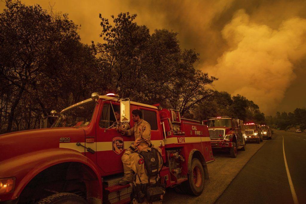 Shasta, 2018. július 27. Tûzoltók megbeszélést tartanak a kaliforniai erdõtüzek sújtotta Shastánál 2018. július 26-án. A két hete pusztító tûz a San Franciscótól 300 kilométerre, keletre fekvõ El Portal település térségében, a Sierra Nevada hegységben ütötte fel a fejét. Az oltást a száraz, meleg idõ nehezíti. (MTI/AP/Noah Berger)