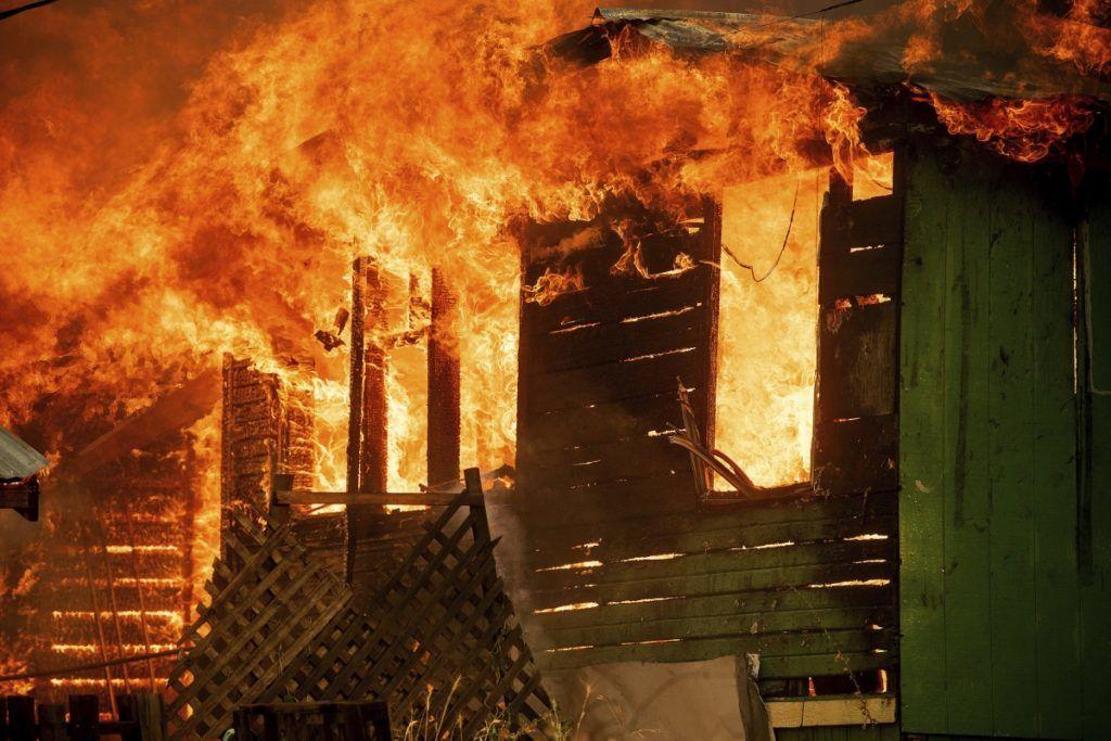 Shasta, 2018. július 27. Lángoló faépület a kaliforniai erdõtüzek sújtotta Shastában 2018. július 26-án. A két hete pusztító tûz a San Franciscótól 300 kilométerre, keletre fekvõ El Portal település térségében, a Sierra Nevada hegységben ütötte fel a fejét. Az oltást a száraz, meleg idõ nehezíti. (MTI/AP/Noah Berger)
