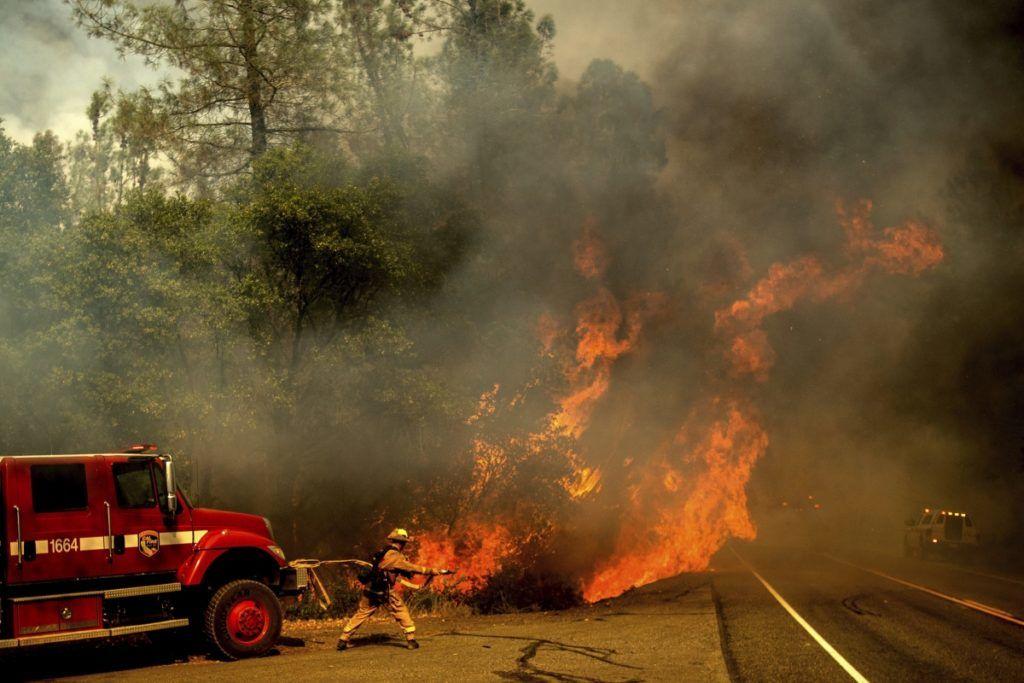 Shasta, 2018. július 27. Tûzoltó locsolja a lángoló növényzetet a kaliforniai erdõtüzek sújtotta Shastánál 2018. július 26-án. A két hete pusztító tûz a San Franciscótól 300 kilométerre, keletre fekvõ El Portal település térségében, a Sierra Nevada hegységben ütötte fel a fejét. Az oltást a száraz, meleg idõ nehezíti. (MTI/AP/Noah Berger)