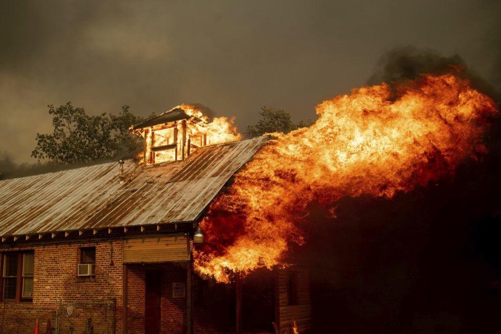 Shasta, 2018. július 27. Iskolaépület tetõszerkezete lángol egy szabadtéri néprajzi múzeumban, a kaliforniai erdõtüzek sújtotta Shastában 2018. július 26-án. A két hete pusztító tûz a San Franciscótól 300 kilométerre, keletre fekvõ El Portal település térségében, a Sierra Nevada hegységben ütötte fel a fejét. Az oltást a száraz, meleg idõ nehezíti. (MTI/AP/Noah Berger)