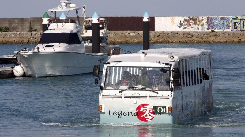 Ginovan, 2008. december 27. Kétéltû busz halad az Okinava dél-japáni szigeten fekvõ Ginovan kikötõjének vizén 2008. december 27-én. Ezen a napon kezdte meg mûködését a jármû, amely a szárazföldön és a tengeren egyaránt szállítja a városnézõ turistákat. (MTI/EPA/Maesiro Hitosi)