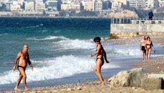 Athén, 2010. december 3. Fürdõzõk élvezik az egyhe idõt az athéni tengerparton 2010. december 3-án, amint 24 Celsius fok körüli hõmérsékleteket mérnek Görögországban. (MTI/EPA/PANTELIS SAITAS)
