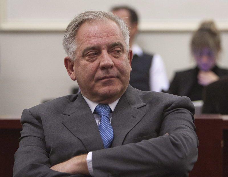 Zágráb, 2012. november 20. Egy zágrábi bíróság tárgyalótermében készült kép Ivo Sanader volt horvát miniszterelnökrõl 2012. november 20-án. A háborús nyerészkedés, hivatali visszaélés és vesztegetés bûntettének elkövetésével vádolt Sanadert tíz év börtönbüntetésre ítélték, amiatt hogy a magyar Mol olajipari társaságtól 10 millió euró kenõpénzt kapott, hogy ennek fejében a Mol irányítói jogokat szerezzen az INA horvát olajipari cég felett, valamint 1995-ben külügyminiszter-helyettesként félmillió eurónak megfelelõ összegû jutalékot kapott azért, hogy közvetítésével Horvátország tízmillió euró értékben hitelt vegyen fel a Hypo-Alpe-Adria osztrák banktól. (MTI/EPA/Antonio Bat)