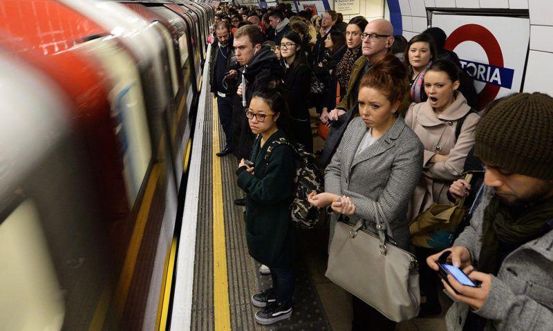 London, 2014. február 6.Korlátozott menetrenddel közlekedő metróra váró utasok a londoni Victoria állomáson 2014. február 6-án, a londoni metróhálózat dolgozó sztrájkjának második napján. A dolgozók a metróállomások jegypénztárainak tervezett bezárása és a leépítések ellen tiltakoznak. (MTI/EPA/Andy Rain)