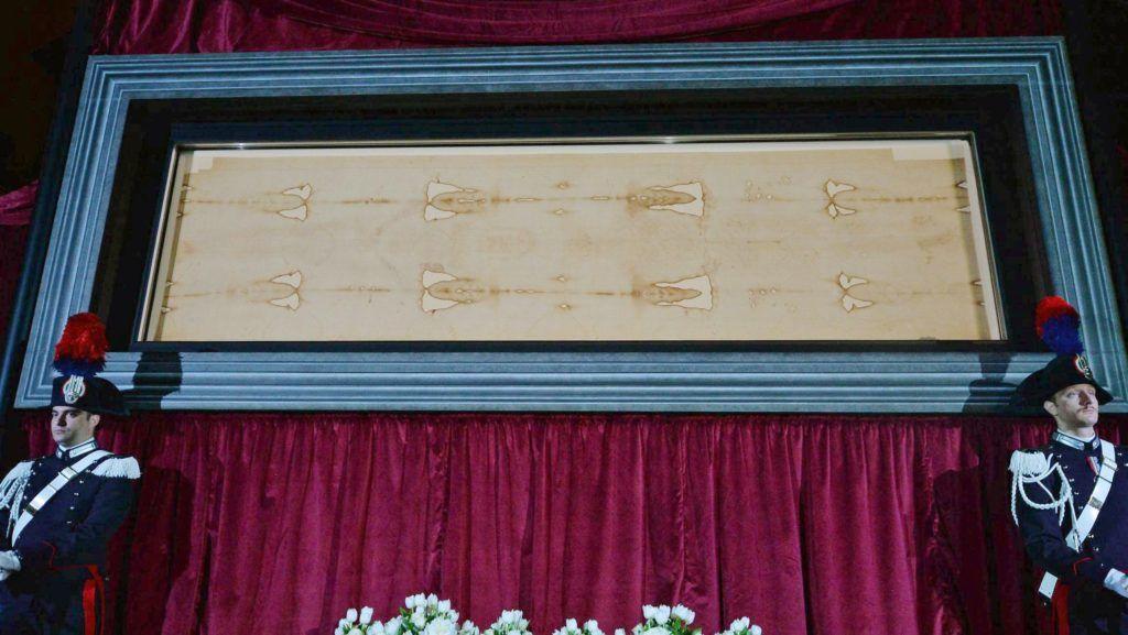 Torino, 2015. április 18. A torinói lepel a torinói Keresztelõ Szent János-dómban 2015. április 18-án. Az ereklyét közel öt év szünet után tették közszemlére. A 4,26 cm hosszú lenvászon kendõ a katolikus egyház egyik legnagyobb becsû ereklyéje, amelybe a hagyomány szerint Jézus Krisztus keresztfáról levett testét tekerték, és amelyen kirajzolódnak a vonásai. (MTI/EPA/Alessandro Di Marco)