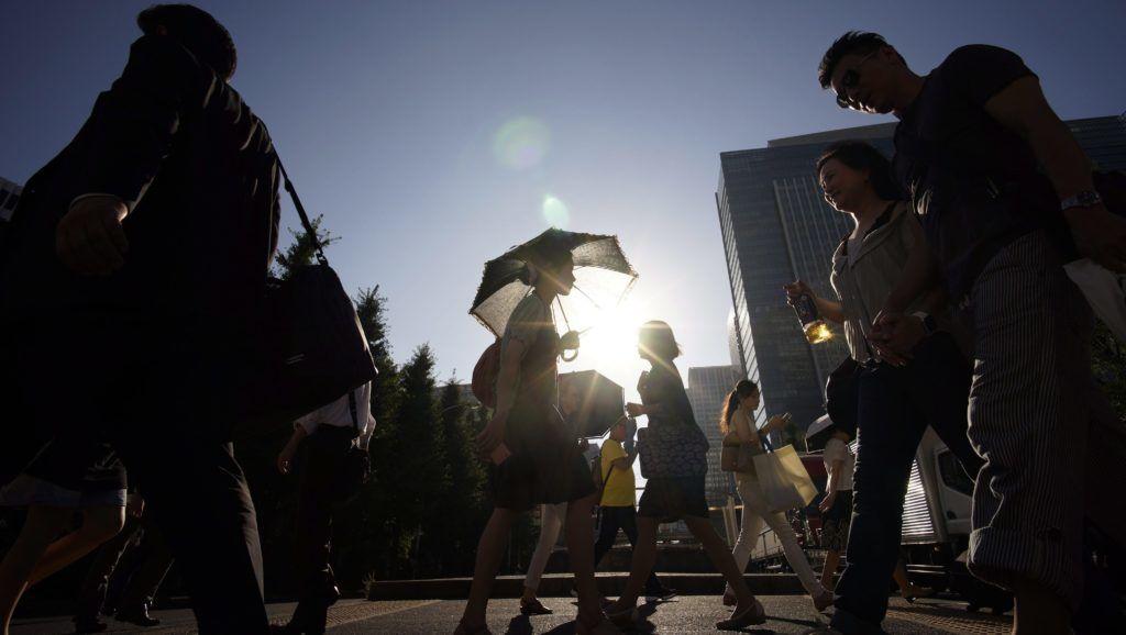 Tokió, 2015. július 14. Helyiek ernyõkkel védekeznek a hõség ellen Tokióban 2015. július 14-én, amikor a hõmérséklet meghaladja a 36 Celsius-fokot a japán fõvárosban. (MTI/EPA/Franck Robichon)