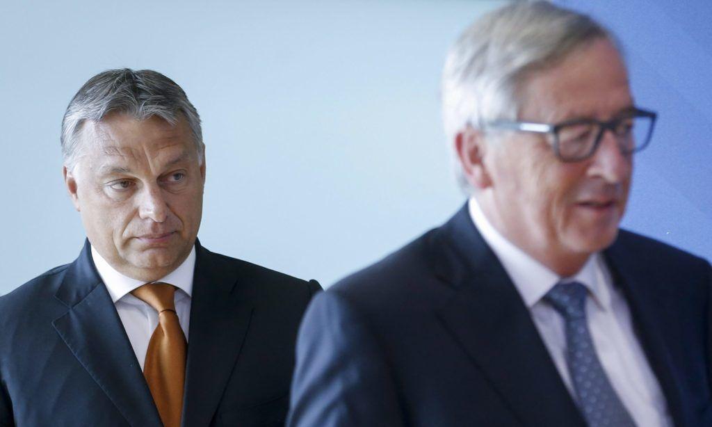 Brüsszel, 2015. szeptember 3.  Jean-Claude Juncker, az Európai Bizottság elnöke (j) és Orbán Viktor miniszterelnök Brüsszelben 2015. szeptember 3-án. A kormányfõ az európai menekültválságról tárgyal az uniós vezetõkkel a belga fõvárosban. (MTI/EPA/Olivier Hoslet)