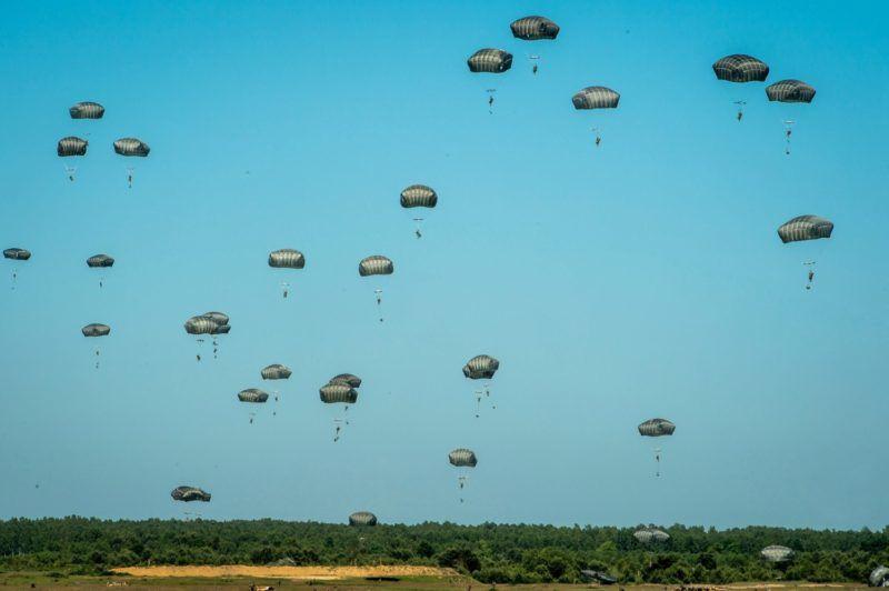 Torun, 2016. június 7. Amerikai ejtõernyõsök az Anakonda-16 fedõnevû hadgyakorlat közben az észak-lengyelországi Torun környékén 2016. június 7-én. Az Anakonda-16 tíznapos szárazföldi, légi és tengeri NATO-hadgyakorlat, amely hét gyakorlótéren zajlik 18 NATO-ország és mintegy 31 ezer szövetséges katona, köztük magyarok részvételével. (MTI/EPA/Tytus Zmijewski)