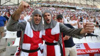 Marseille, 2016. június 11.Angol szurkolók, mielőtt megkezdődik az Anglia-Oroszország mérkőzés a franciaországi labdarúgó Európa-bajnokság B csoportjának első fordulójában a marseille-i Velodrome Stadionban 2016. június 11-én. (MTI/EPA/Guillaume Horcajuelo)