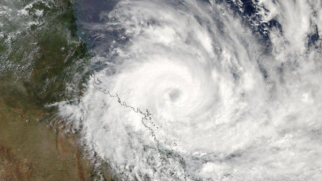 Queensland állam, 2017. március 27. A NASA Aqua mûholdjának közepes felbontású képalkotó spektroradiométere (Moderate Resolution Imaging Spectroradiometer, MODIS) által készített felvétel a Debbie nevû orkánról a kelet-ausztráliai Queensland állam partjainál 2017. március 27-én. A hármas erõsségûnek ítélt forgószél várhatóan 28-án hajnalban söpör végig az állam északi partvidékén, amelyet a lakosság egy része már elhagyott. (MTI/EPA/NASA)