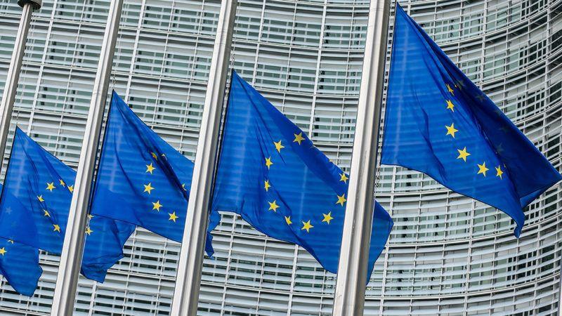 Brüsszel, 2017. április 10.A stockholmi gázolásos merénylet áldozatainak tiszteletére félárbocra engedve lengenek az Európai Unió zászlai az Európai Bizottság brüsszeli épülete előtt 2017. április 10-én. Három nappal korábban Stockholmban egy üzbegisztáni férfi lopott teherautóval gyalogosok közé hajtott és négy embert halálra gázolt, tizenötöt megsebesített, majd egy áruház épületének ütközött. (MTI/EPA/Stephanie Lecocq)