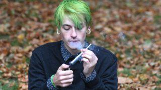 London, 2017. október 10. Marihuánás cigarettát szív egy férfi a kannabisz gyógyászati célú használatának legalizálásáért kampányoló United Patients Alliance (UPA) szervezet rendezvényén a brit parlament épülete elõtt Londonban 2017. október 10-én. (MTI/EPA/Facundo Arrizabalaga)