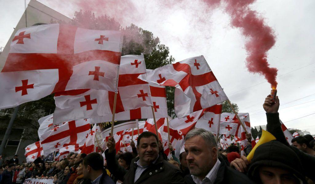 Tbiliszi, 2017. okt—ber 15. A legnagyobb georgiai ellenzŽki p‡rt, a EgyesŸlt Nemzeti Mozgalom aktivist‡i korm‡nyellenes tŸntetŽst tartanak Tbilisziben 2017. okt—ber 15-Žn. (MTI/EPA/Zurab Kurcikidze)