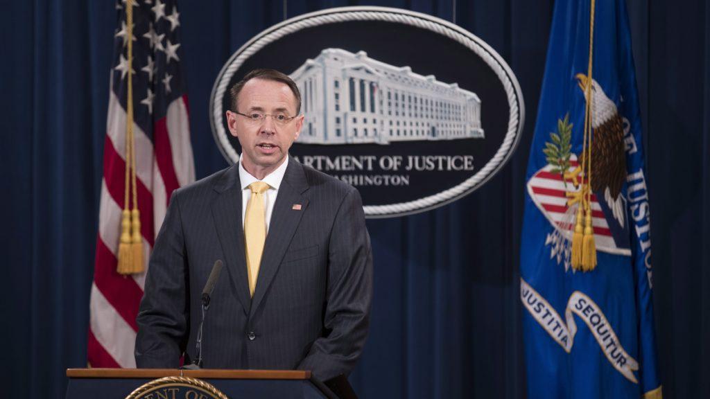 Washington, 2018. február 16. Rod Rosenstein igazságügyi miniszterhelyettes sajtótájékoztatót tart a washingtoni igazságügyi minisztériumban 2018. február 16-án, ahol bejelentette, hogy vádat emeltek 13 orosz állampolgár és három orosz jogi személy ellen a 2016-os amerikai elnökválasztási folyamatba való állítólagos orosz beavatkozás miatt az ügyben összehívott nagyesküdtszék. A Robert Mueller különleges ügyész vezette vizsgálóbizottság szerint a vádlottak megsértették az amerikai törvényeket, és beavatkoztak a választásokba és az amerikai politika folyamatokba. (MTI/EPA/Shawn Thew)