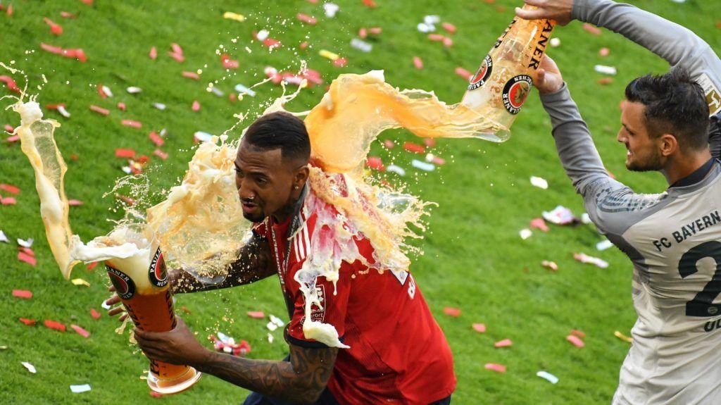 München, 2018. május 12. Sven Ulreich, a Bayern München kapusa (b) sörrel locsolja le csapattársát, Jerome Boatenget a német elsõ osztályú labdarúgó-bajnokság 34. fordulójában a VfB Stuttgart ellen játszott mérkõzés végén Münchenben 2018. május 12-én. A bajor csapat 4-1-re kikapott hazai pályán, összesítésben azonban megnyerte a bajnokságot. (MTI/EPA/Philipp Guelland)