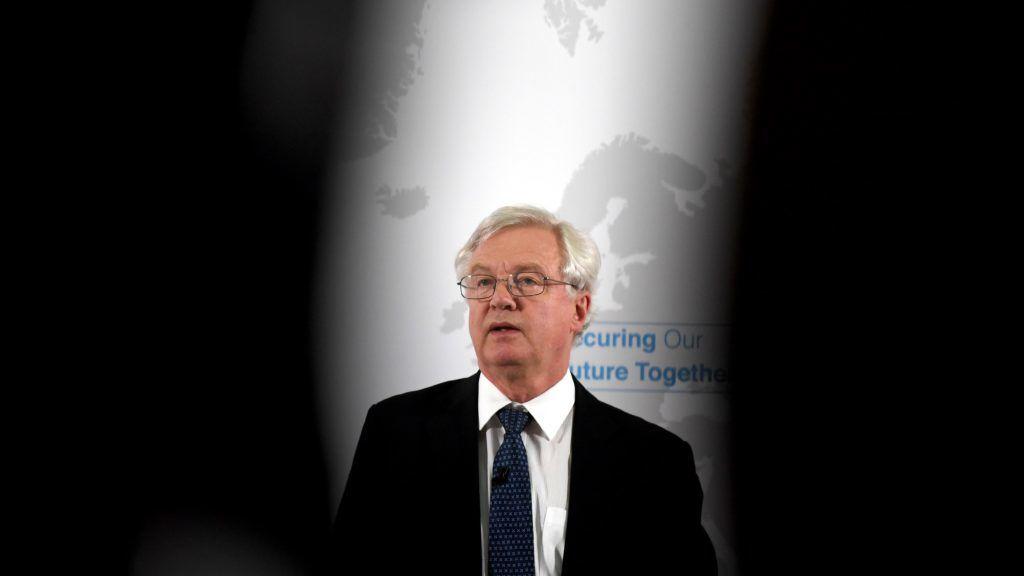 London, 2018. június 6. David Davis, a Nagy-Britannia Európai Unióból való kilépésérõl folytatott tárgyalásokért felelõs brit miniszter sajtótájékoztatót tart Nagy-Britannia és az Európai Unió biztonsági kapcsolatáról Londonban 2018. június 6-án. (MTI/EPA pool/Neil Hall)