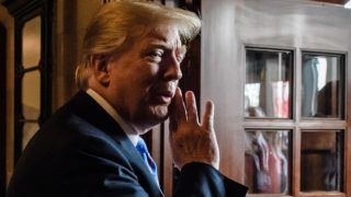 Charlevoix, 2018. június 9. Donald Trump amerikai elnök megosztja gondolatát egy fotóriporterrel, amint sajtótájékoztatóra érkezik a világ hét iparilag legfejlettebb államát tömörítõ csoport, a G7 kanadai csúcstalálkozóján Charlevoix-ban 2018. június 9-én, a kétnapos tanácskozás második napján. (MTI/EPA/Clamens Bilan)