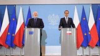 Varsó, 2018. június 18. Mateusz Morawiecki lengyel miniszterelnök (j) és Frans Timmermans, az Európai Bizottság elsõ alelnöke, a minõségi jogalkotás, az uniós intézményközi kapcsolatok, a jogállamiság, az uniós alapjogi charta tiszteletben tartása ügyében illetékes tagja a varsói tárgyalásait követõ sajtóértekezleten 2018. június 18-án. (MTI/EPA/Radek Pietruszka)