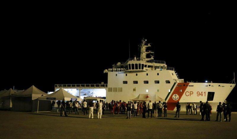 Pozzallo, 2018. június 20. Az olasz parti õrség Diciotti nevû hajója több mint 500 illegális bevándorlóval a fedélzetén a szicíliai Pozzallo kikötõjébe érkezik 2018. június 19-én. (MTI/EPA/Francesco Ruta)