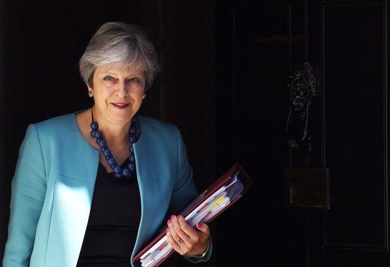 London, 2018. június 27.Theresa May brit kormányfő a londoni kormányfői rezidenciáról, a Downing Street 10-ből a brit parlamentbe indul, hogy részt vegyen a képviselői kérdések és azonnali miniszterelnöki válaszok szokásos heti alsóházi félóráján 2018. június 27-én. (MTI/EPA/Andy Rain)