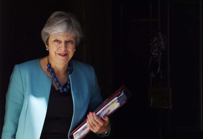 London, 2018. június 27. Theresa May brit kormányfõ a londoni kormányfõi rezidenciáról, a Downing Street 10-bõl a brit parlamentbe indul, hogy részt vegyen a képviselõi kérdések és azonnali miniszterelnöki válaszok szokásos heti alsóházi félóráján 2018. június 27-én. (MTI/EPA/Andy Rain)