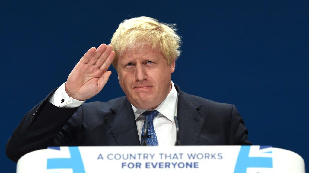 London, 2018. július 9.2016. október 2-án, a Konzervatív Párt éves kongresszusán, Birminghamben készült kép Boris Johnson brit külügyminiszterről. Johnson 2018. július 9-én lemondott posztjáról néhány órával azután, hogy a brit EU-tagság megszűnésének folyamatát irányító minisztérium (DExEU) volt vezetője, David Davis is bejelentette távozását. Theresa May miniszterelnök mindkettőjük lemondását elfogadta. (MTI/EPA/Facundo Arrizabalaga)