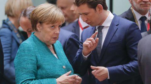 Brüsszel, 2018. június 28.Angela Merkel német és Sebastian Kurz osztrák kancellár az Európai Unió brüsszeli csúcstalálkozóján az esemény első napján, 2018. június 28-án. (MTI/EPA/Olivier Hoslet)