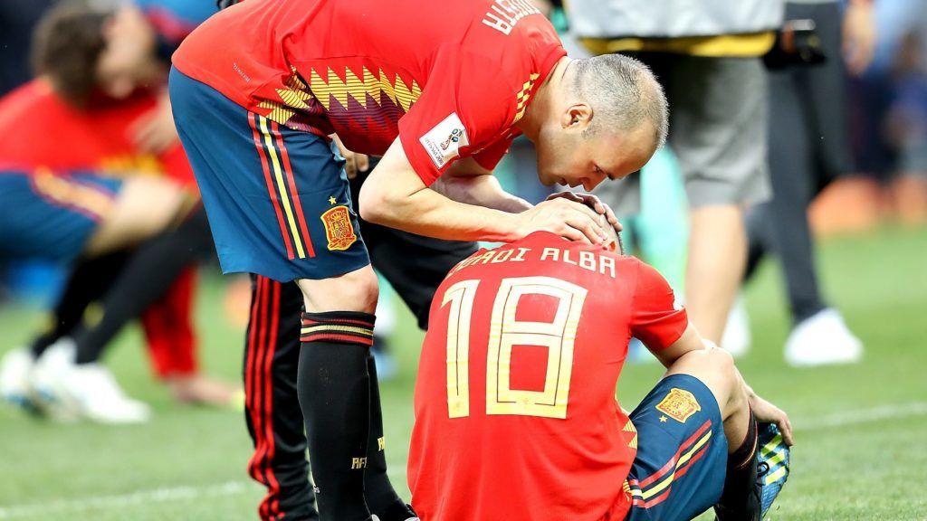 Moszkva, 2018. július 1. A spanyol Andrés Iniesta (b) és Jordi Alba, miután csapatuk 4-3-ra kikapott az oroszországi labdarúgó-világbajnokság nyolcaddöntõjének Spanyolország – Oroszország mérkõzésén, a hosszabbítás utáni büntetõpárbajban a moszkvai Luzsnyiki Stadionban 2018. július 1-jén. (MTI/EPA/Peter Powell)