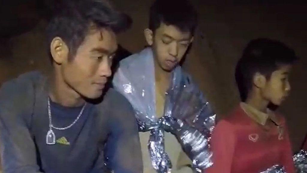 Maeszai, 2018. július 4.A thaiföldi haditengerészet által közreadott képen néhány fiú az edzőjével a Tham Luang-barlangban 2018. július 4-én. A mentők két nappal korábban találták meg a június 23-án eltűnt ifjúsági labdarúgócsapatot az észak-thaiföldi Csiangraj tartományban fekvő Maeszaiban. A barlangba betört víz által a külvilágtól elzárt tizenhárom emberhez sikerült eljutni a mentőknek és egészségügyiseknek, de a kimentésük legbiztonságosabb módját még keresik. (MTI/EPA/Thaiföldi haditengerészet)