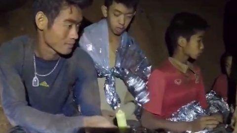 Maeszai, 2018. július 4. A thaiföldi haditengerészet által közreadott képen néhány fiú az edzõjével a Tham Luang-barlangban 2018. július 4-én. A mentõk két nappal korábban találták meg a június 23-án eltûnt ifjúsági labdarúgócsapatot az észak-thaiföldi Csiangraj tartományban fekvõ Maeszaiban. A barlangba betört víz által a külvilágtól elzárt tizenhárom emberhez sikerült eljutni a mentõknek és egészségügyiseknek, de a kimentésük legbiztonságosabb módját még keresik. (MTI/EPA/Thaiföldi haditengerészet)