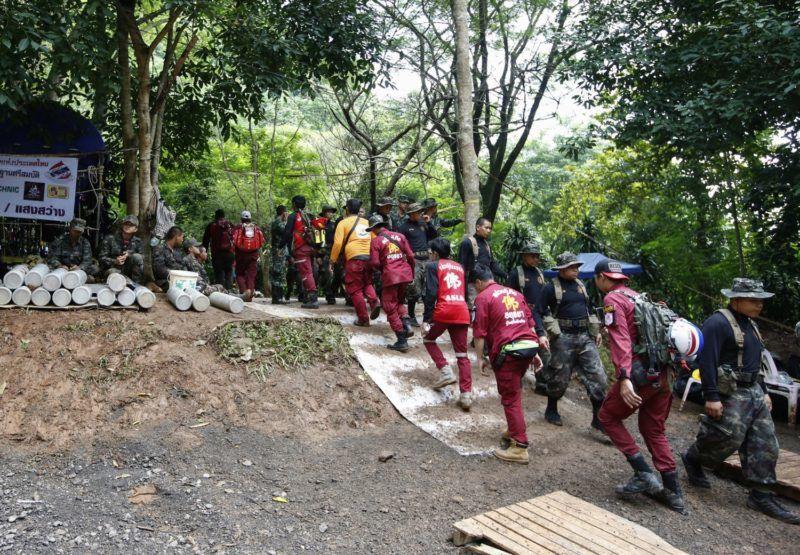 Maeszai, 2018. július 4. Thaiföldi katonák és mentõk mennek 2018. július 4-én a Tham Luang-barlang bejáratához, amelyben két nappal korábban megtalálták egy edzõjével együtt június 23-án eltûnt ifjúsági labdarúgócsapat tizenkét játékosát az észak-thaiföldi Csiangraj tartományban fekvõ Maeszaiban. A barlangba betört víz által a külvilágtól elzárt tizenhárom emberhez sikerült eljutni a mentõknek és egészségügyiseknek, de a kimentésük legbiztonságosabb módját még keresik. (MTI/EPA/Rungrodzs Jongrit)